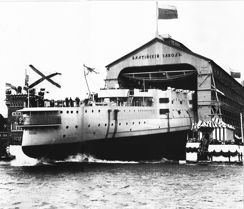 Спуск на воду эскадренного броненосца «Победа» со стапеля Балтийского судостроительного завод. 11 мая 1900