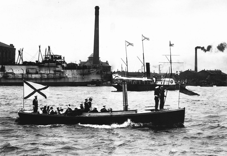 Члены Императорской фамилии отъезжают на катере от стапеля Балтийского судостроительного завода после спуска эскадренного броненосца «Князь Суворов». 12 сентября 1902.