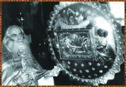 У иконы Успения Пресвятой Богородицы в Крестовоздвиженском храме Лавры